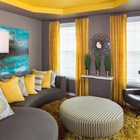 Rideaux jaunes dans un salon moderne
