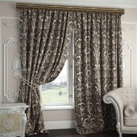 Monogrammes foncés sur rideaux en tissu naturel