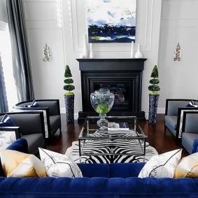 Salon lumineux avec cheminée noire