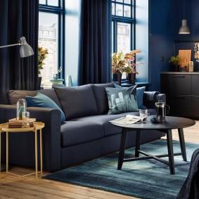 Canapé pliant dans le hall avec rideaux bleus