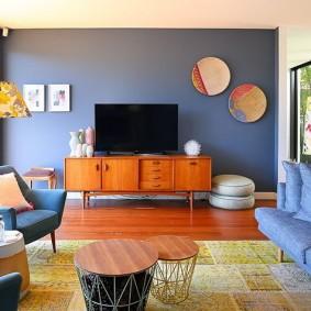 Armoire en bois sous le téléviseur dans le salon