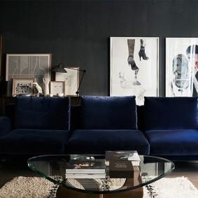 Canapé bleu dans un intérieur sombre