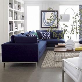 Plancher de salon gris avec canapé bleu