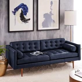 Pieds en bois près du canapé bleu