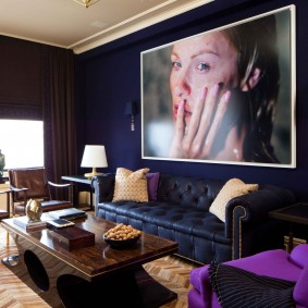 Grand portrait sur le canapé dans le hall