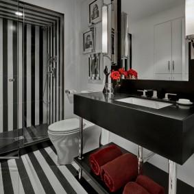 Plancher de salle de bain à rayures