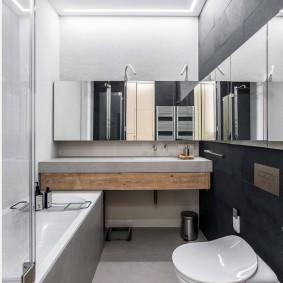 Baignoire étroite avec un miroir sur le mur