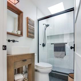 Meubles en bois dans une salle de bain compacte