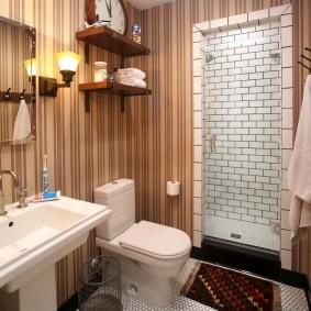 Papier peint à rayures sur le mur de la salle de bain