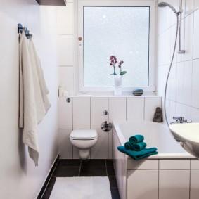 Salle de bain lumineuse avec WC suspendu