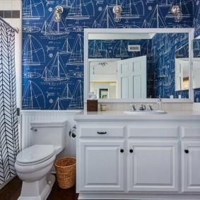 Meubles blancs dans la salle de bain combinée
