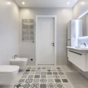 Bidet suspendu dans la salle de bain de l'appartement