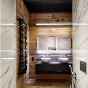 Plafond noir dans une salle de bain étroite