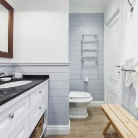 Banc en bois dans une petite salle de bain