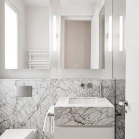 Fini de salle de bain en faux marbre