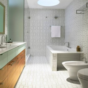 Lampe intégrée au plafond de la salle de bain