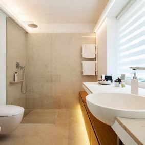 Store enrouleur sur la fenêtre de la salle de bain dans la salle de bain
