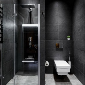 Toilettes blanches dans une salle de bain sombre
