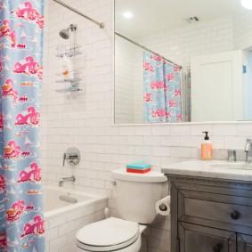 Rideau coloré dans la salle de bain