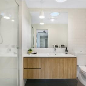 siège de toilette dans la salle de bain combinée