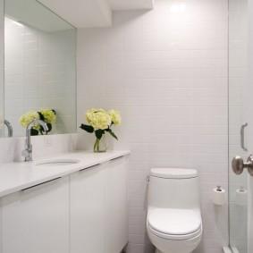 Fleurs fraîches sur un comptoir blanc