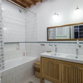 Planches au plafond de la salle de bain