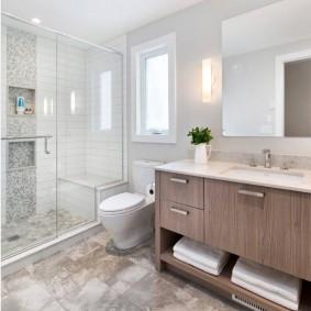 Carrelage grand format sur le sol de la salle de bain dans la maison