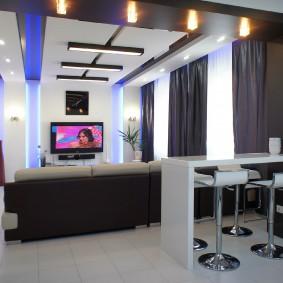 Intérieur de cuisine-salon contrasté