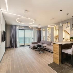 Salon moderne avec une grande fenêtre