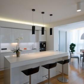 Minimalisme dans la conception de la cuisine du salon