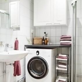 Tablette extensible pour ranger les serviettes dans la salle de bain