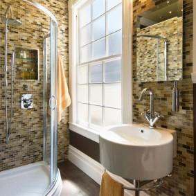 Carreaux de mosaïque dans la salle de bain avec fenêtre