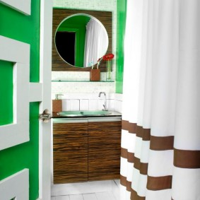 Rayures brunes sur le rideau de la salle de bain