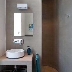 Douche dans une niche de salle de bain séparée