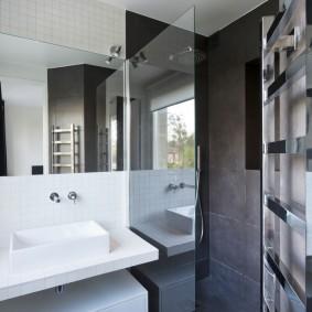 Cloison vitrée entre lavabo et douche