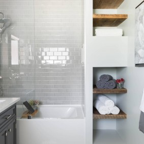 Étagères en bois pour serviettes de bain