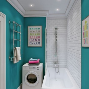 Salle de bain étroite de style moderne