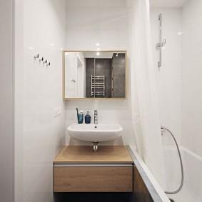 Lavabo compact dans une salle de bain étroite