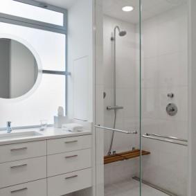 Étagère pratique sur le mur de la douche dans la salle de bain