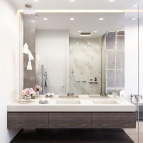 Conception de salle de bain avec un grand miroir