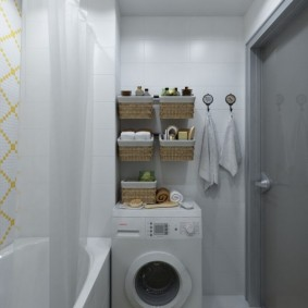 Panier suspendu au-dessus du lave-linge