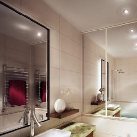 Miroirs à l'intérieur d'une petite salle de bain