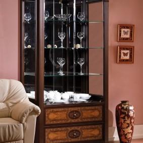 Ly rượu thủy tinh trên kệ trưng bày phòng khách