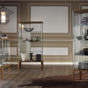 Hộp trưng bày hẹp với các bức tường bên kính trên đế gỗ
