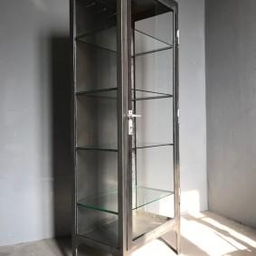 Tủ hẹp với tường trong suốt cho phong cách công nghiệp