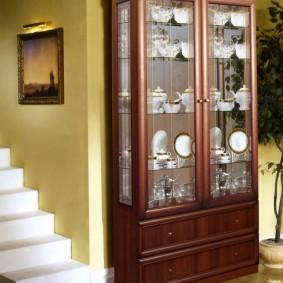 Tủ gỗ gần cầu thang trắng