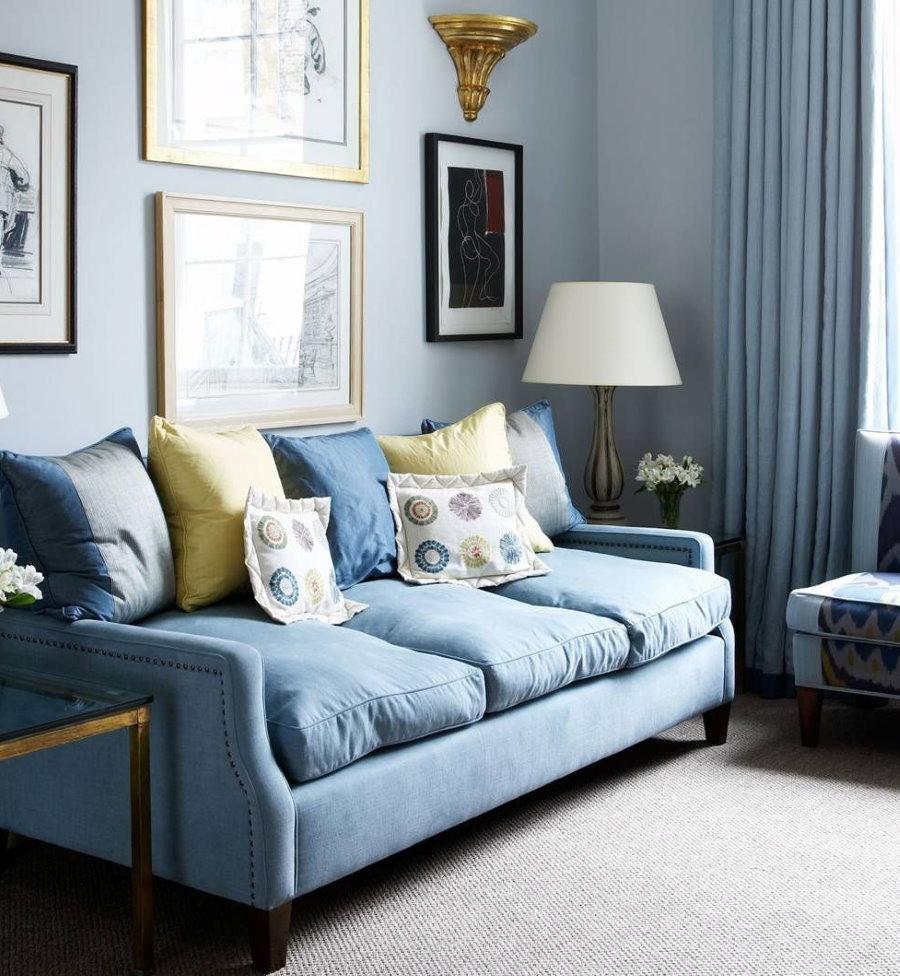 Petit canapé bleu dans le salon