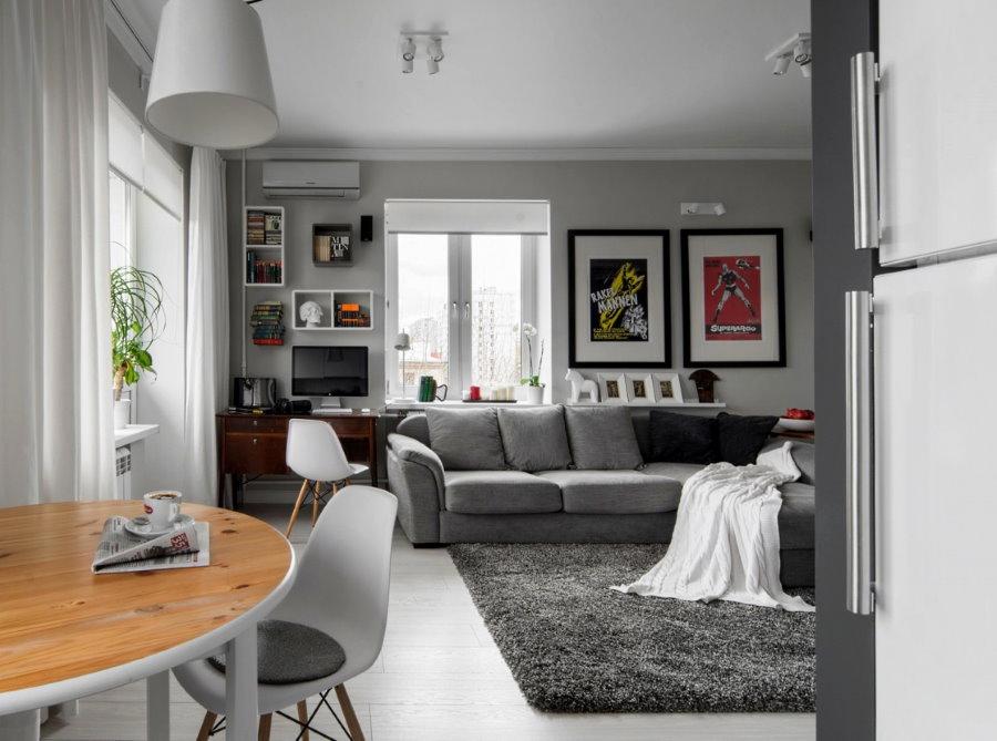 Canapé gris dans le salon-cuisine Khrouchtchev