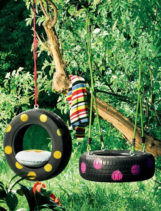 Balançoire pour enfants à partir de pneus sur un site de campagne
