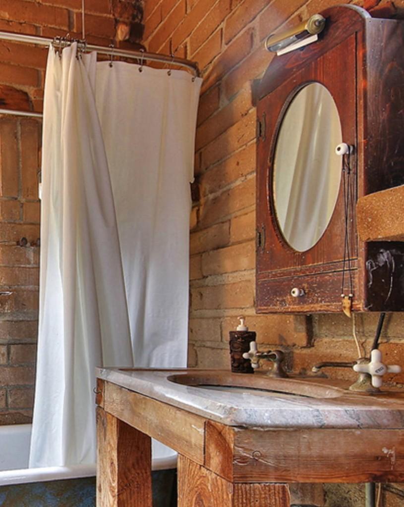 Support en blocs de bois sous l'évier de la salle de bain